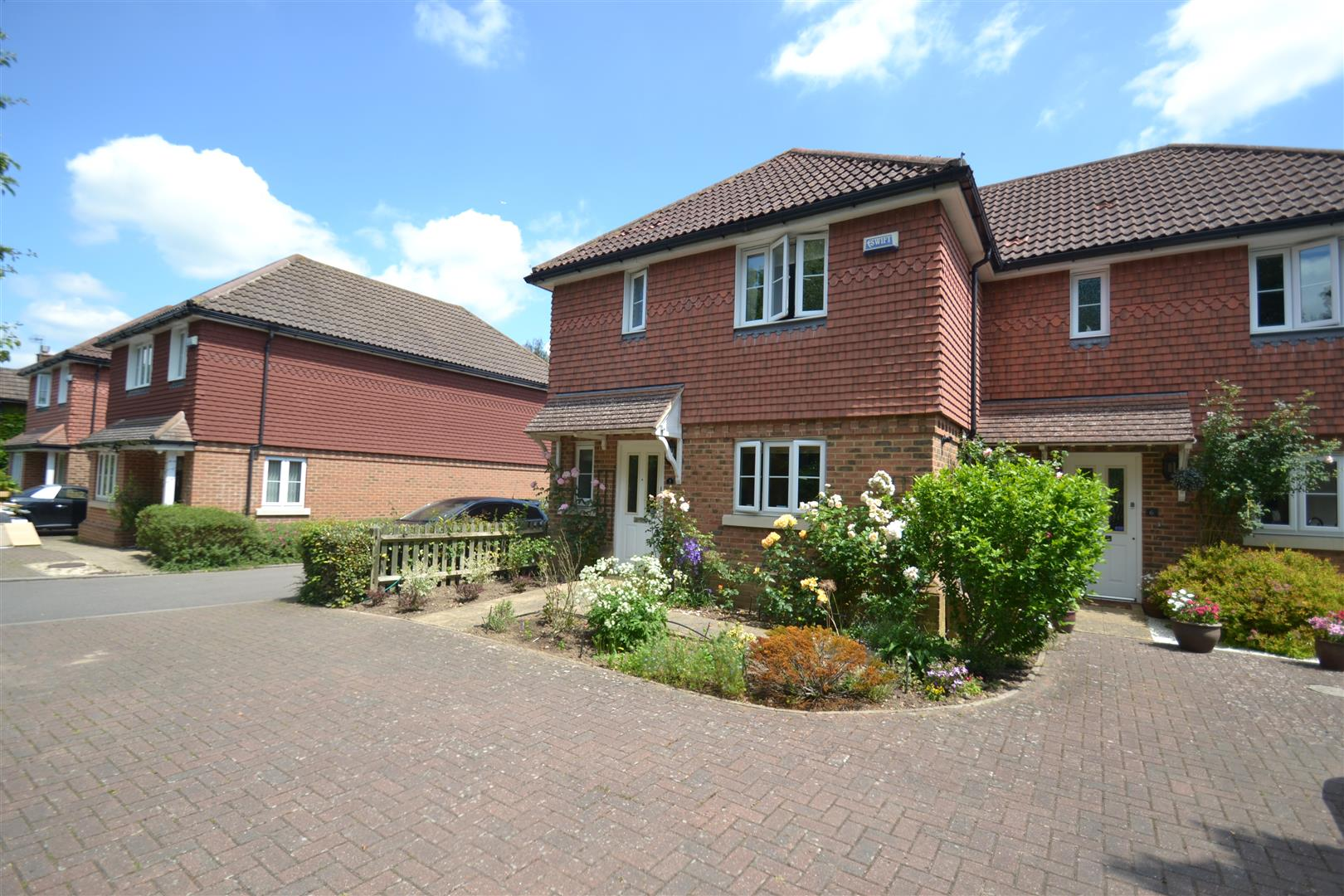 3 Bedrooms Property for sale in Hollie Close, Horley